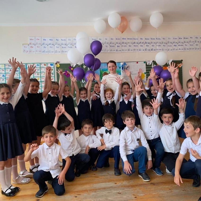 Поздравления с окончанием учащихся 1-х классов в школах района.